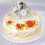 Hochzeitstorte mit Brautpaar - aufwendig verzierte Hochzeitstorte mit Brautpaar